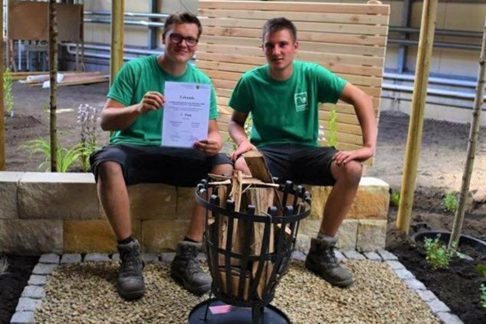 Die Zweitplatzierten im Sachsen-Cup der Landschaftsgärtner 2020: Georg Zschornack (l.)und Pius Scholze von der Firma Galand Gebler aus Haselbachtal.