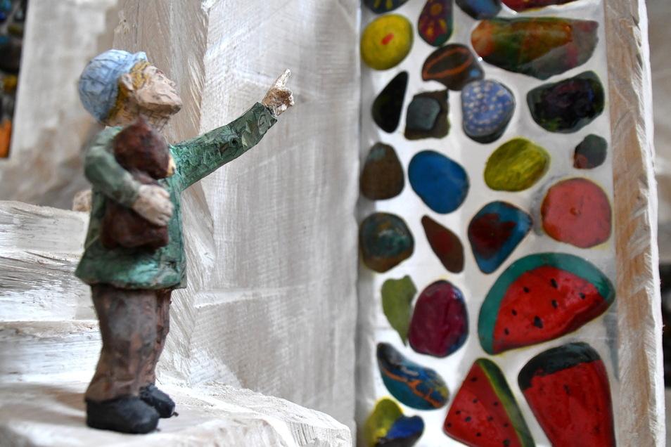 Auch die kleinen Figuren hat Johann Kral aus dem Lindenholz geschnitzt. Wer genau hinschaut, entdeckt viele Details: Der staunende kleine Junge hat einen Teddybären im Arm.