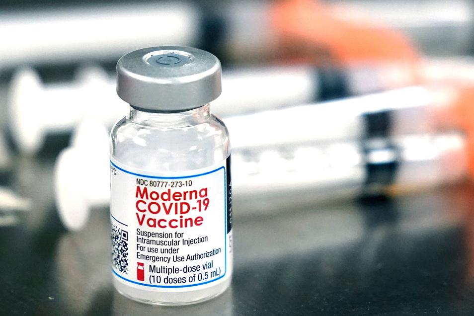 Ein Fläschchen des Moderna-Impfstoffes. Die US-Firma ist der zweitgrößte Impfstofflieferant für Deutschland. Gemeinsam mit Biontech halten sie zwei Drittel dieses Marktes. Inzwischen gibt es im Landkreis Meißen kaum noch aktive Corona-Fälle.
