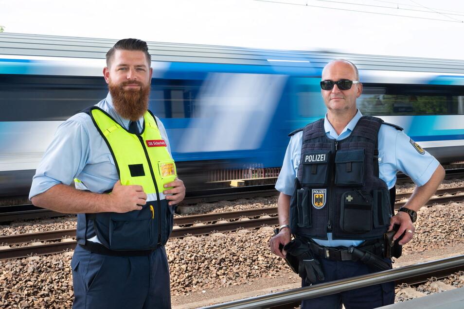 Bastian Peter vom Präventionsteam der Deutschen Bahn (l.) und Uwe Clausnitzer, Polizeihauptmeister der Kriminalprävention, arbeiten Hand in Hand, damit auf Trassen und an Bahnhöfen weniger Unfälle passieren.