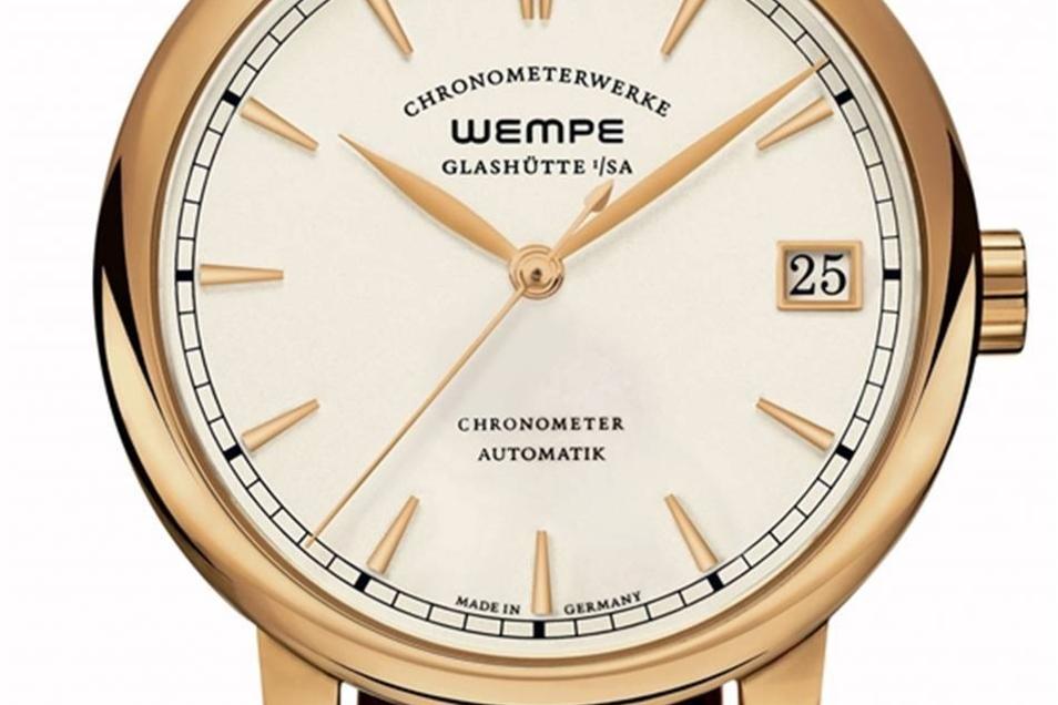 Gold mit Automatik Mit einem Preis von 14 950 Euro gehört das Modell Chronometerwerke Automatik in Goldgelb zu den teureren Modellen. Auch es verfügt über das Uhrwerk CW 4.