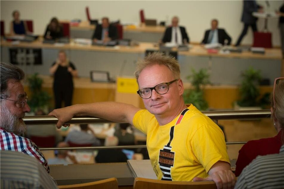 Fernsehturm-Fan Uwe Steimle verfolgte 2017 im Dresdner Stadtrat eine Diskussion zur Zukunft des eingemotteten Bauwerks.