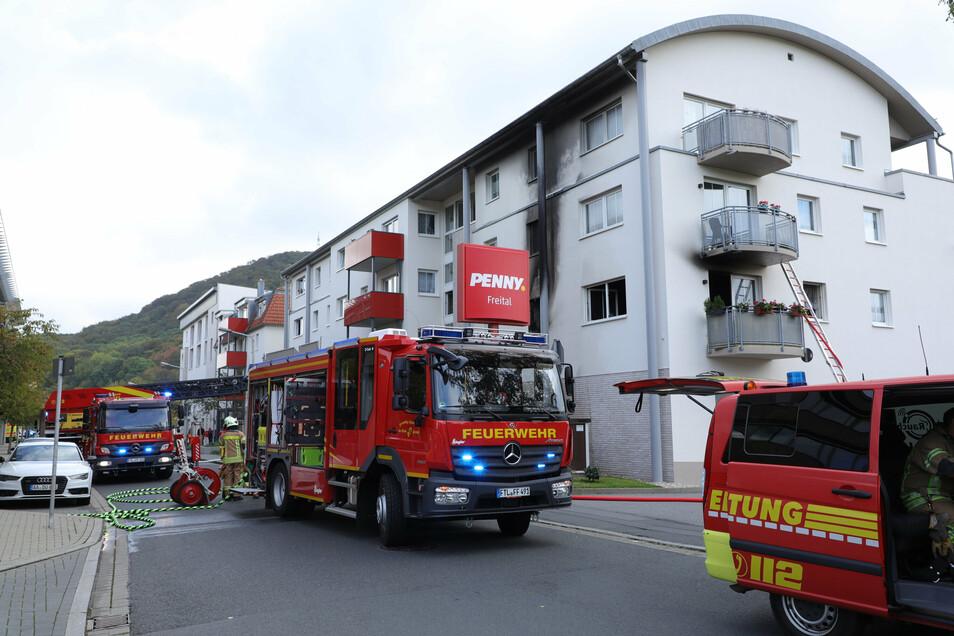 Einsatzkräfte beim Brand an der Bahnhofstraße in Freital.