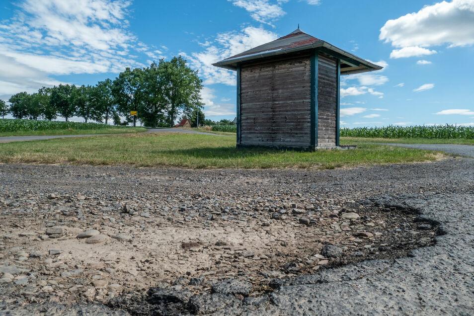 An der Buswendestelle in Eichardt sind die Schlaglöcher nicht zu übersehen. Sie sollen demnächst beseitigt werden.