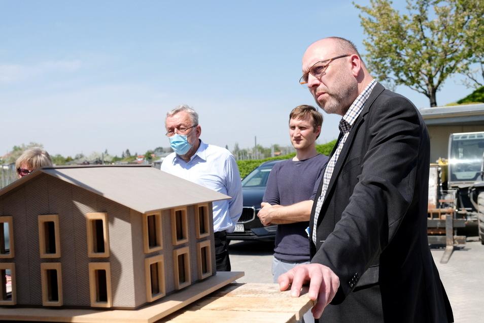 Weit überkragendes Dach und eine klare Struktur, um Wasserschäden einzudämmen. Meißens Oberbürgermeister Olaf Raschke betrachtet das Modell eines revolutionären Lehmhauses.
