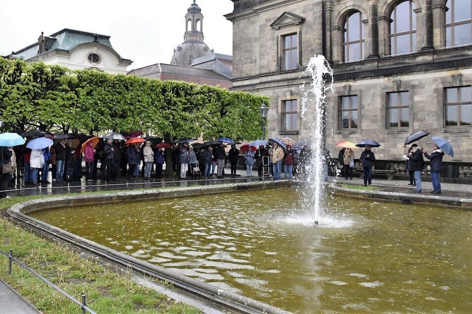 Einst schmückte das Wasserbecken auf der Brühlschen Terrasse den Garten des Grafen Heinrich von Brühl. Dann verschwand es. Erst Anfang der 1990er-Jahre wurde es wieder freigelegt.
