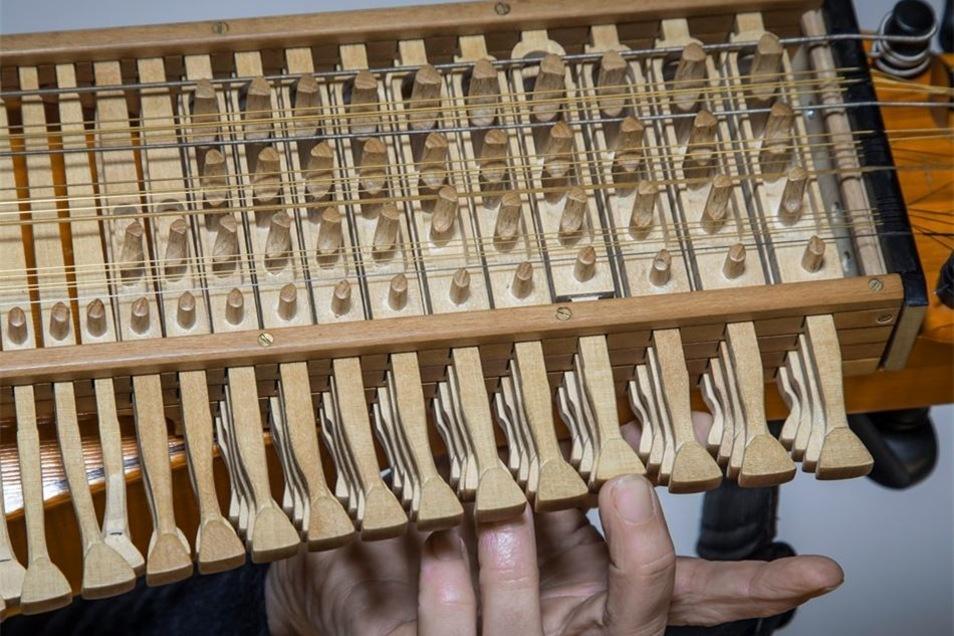 Die Tonhöhe der vier Melodiesaiten der Nyckelharpa wird auf Tastendruck verändert.