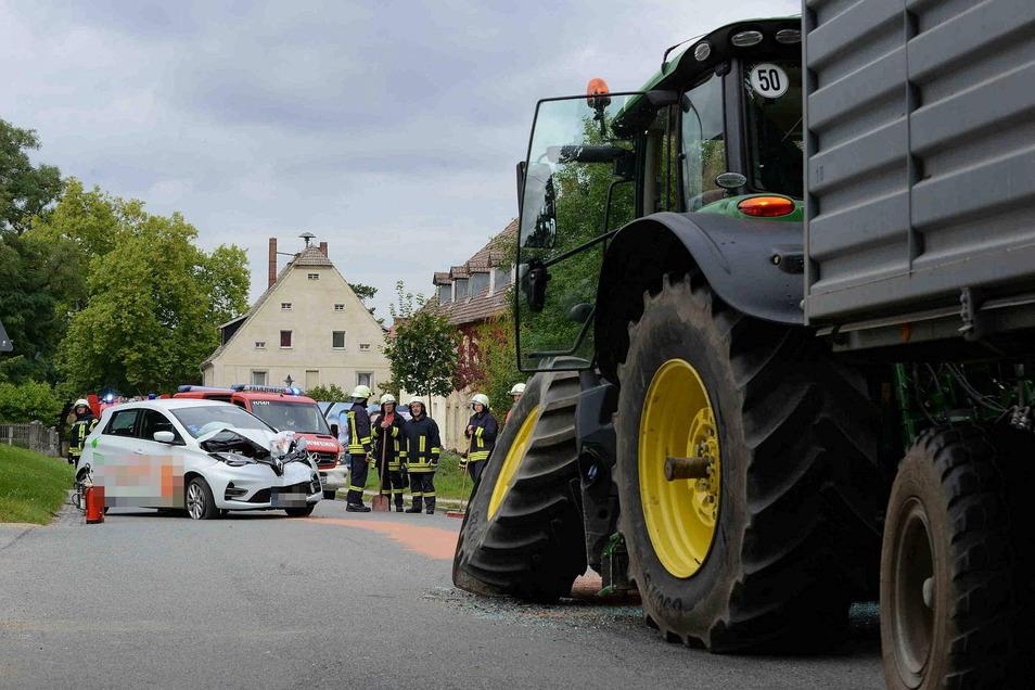Am Traktor brach durch den Unfall die Vorderachse.
