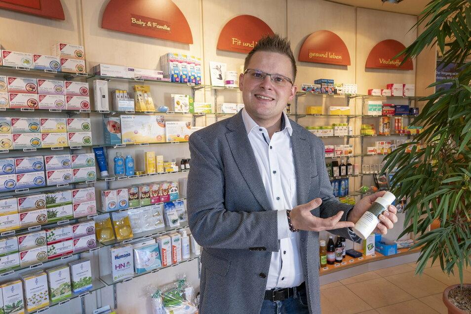 Richard Tietz ist der neue Inhaber der Riesaer Apotheke am Heideberg. Er zeigt ein Reinigungsgel für die Haut, das als Eigenmarke für die Weidaer Apotheke in Südtirol produziert wird.