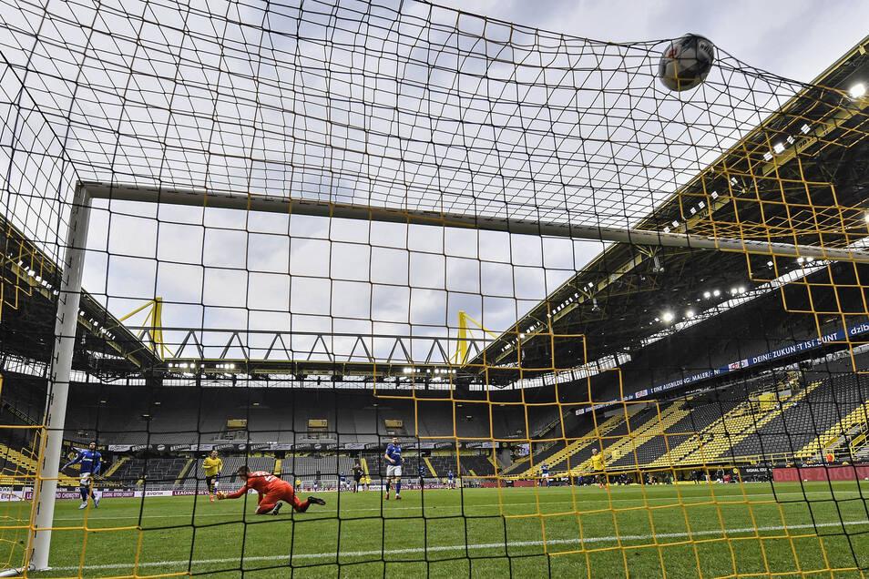 Zum dritten Mal rauscht der Ball ins Netz: Und wieder liegt Markus Schubert am Boden, kann den Treffer von Thorgan Hazard für Dortmund nicht verhindern. Foto: dpa/Martin Meissner