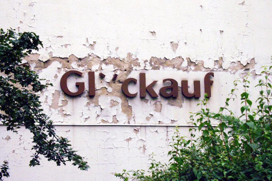 """Erst fehlten nur einzelne Buchstaben, inzwischen ist der komplette Schriftzug verschwunden. Die Gaststätte """"Glückauf"""", im Volksmund auch als """"Sauzahn"""" bezeichnet, ist mit dem Wohnkomplex I Ende der 1950er-Jahren gebaut worden."""