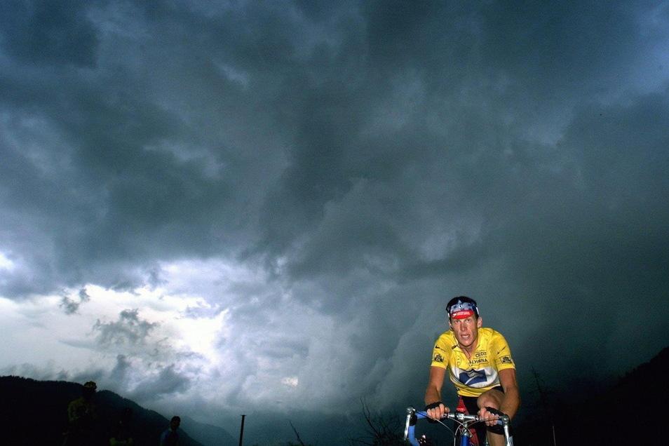 Der damalige Träger des Gelben Trikots, der US-Amerikaner Lance Amstrong, ist auf den letzten Kilometern der 13. Etappe der Tour de France vor einem herannahenden Unwetter als Solist unterwegs.