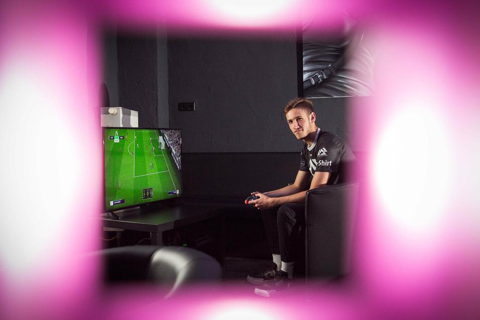 Luca ist Sachsens bester Fifa-Spieler. In der Dresdner E-Sport-Bar Level44 trifft er auf Gleichgesinnte.