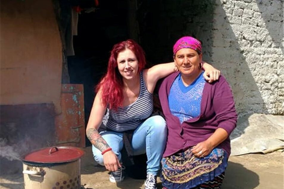 Jenny Rasche (l.) mit einer rumänischen Frau.