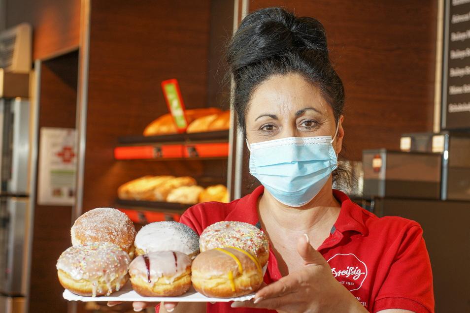 Margita Chovancova zeigt im Café Dreißig am Kornmarkt sechs Pfannkuchen - aber nur in einem von ihm steckt die neue Füllung mit Birne und Mohn.