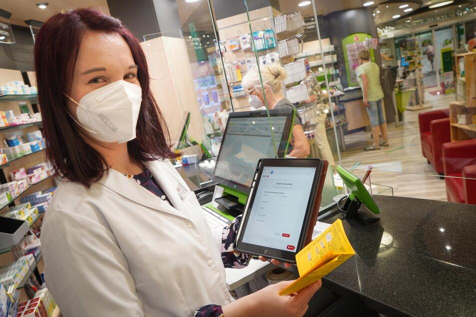 Bei Stefanie Seichter, Leiterin der Scarabaeus-Apotheke in Bautzen, können sich Geimpfte einen digitalen Impfnachweis erstellen lassen. Das ist auch in vielen anderen Apotheken im Landkreis Bautzen möglich.