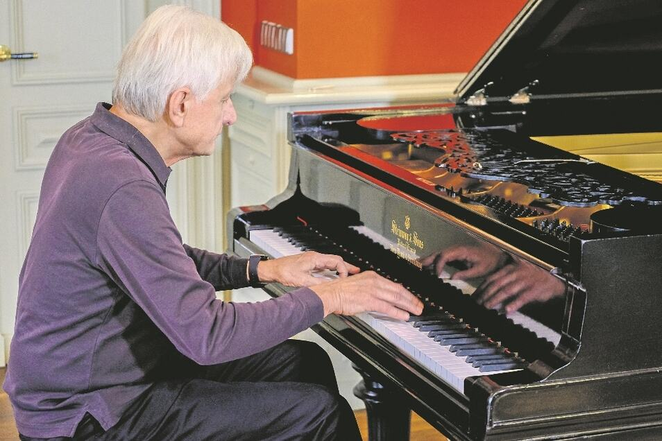 Pianist Peter Rösel spielt erstmals den historischen Steinway-Flügel in der Villa Teresa. Den Klang des aufwendig sanierten Instrumentes beschreibt er als überwältigend.