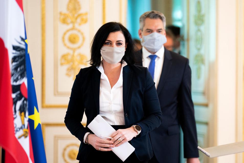 Elisabeth Köstinger (ÖVP), Tourismusministerin, und Karl Nehammer (ÖVP), Innenminister im Bundeskanzleramt. In Österreich dürfen Hotels und andere Beherbergungsbetriebe aufgrund der Erfolge bei der Eindämmung der Corona-Krise ab 29. Mai wieder öffnen.