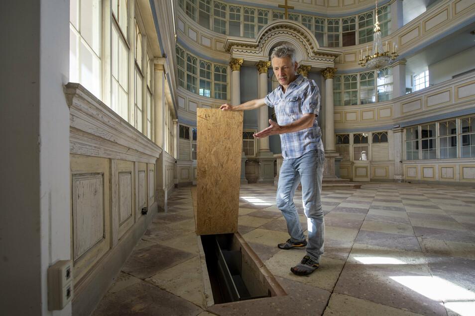 Reinald Richber, Pfarrer der Waldheimer Kirche St. Nikolai, zeigt einen Schacht im Altarraum, in dem eine neue Heizung eingebaut wurde. Er wird später mit einem dichten Gitter abgedeckt, sodass auch Stühle darauf stehen könnten.