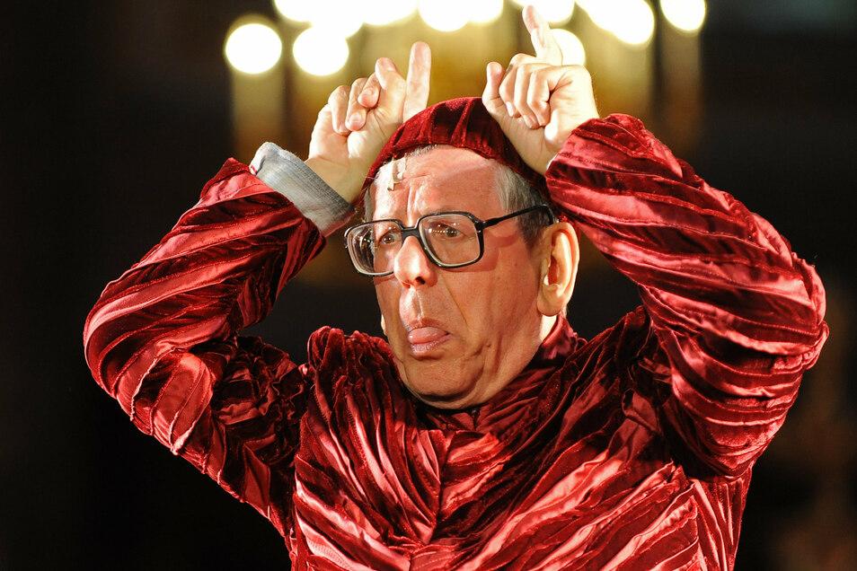 """Feuerstein fühlte sich auch auf Theaterbühnen wohl - wie hier als Teufel 2009 für das Theaterstück """"Jedermann"""" im Berliner Dom."""