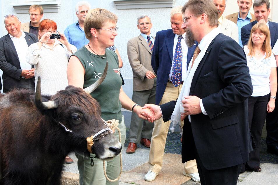 Zu seiner Verabschiedung als Bürgermeister kam auch Zootierinspektorin Karin Riedel mit Yak-Kuh Chamu.