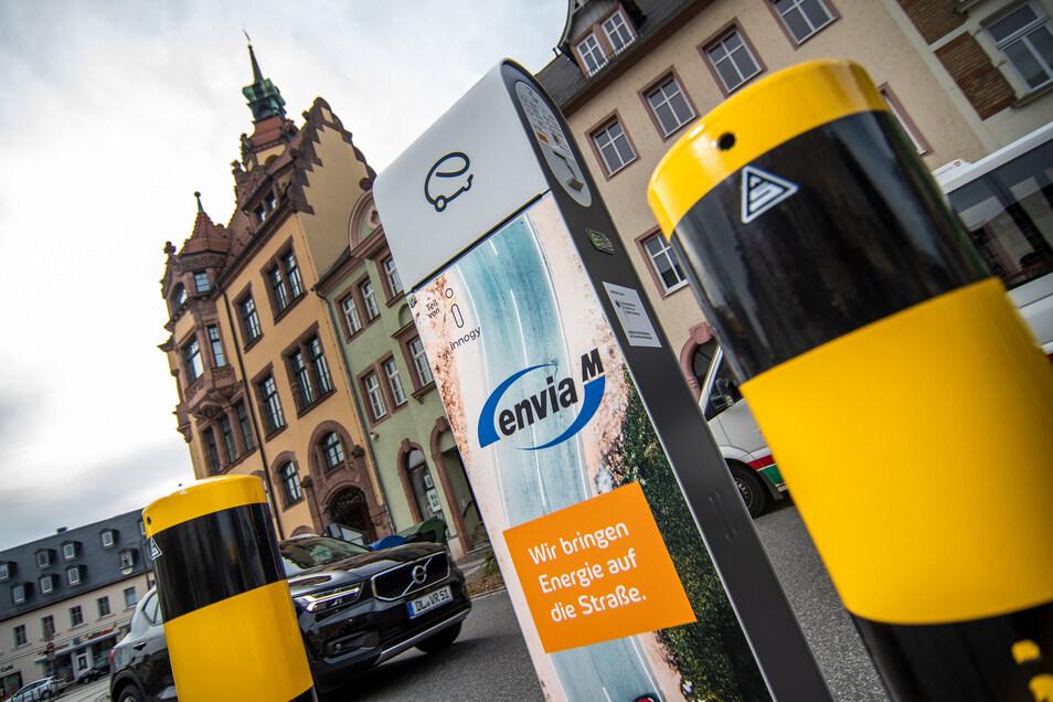 Auf dem Waldheimer Niedermarkt können Fahrer von Elektroautos Strom für ihre Fahrzeuge zapfen.