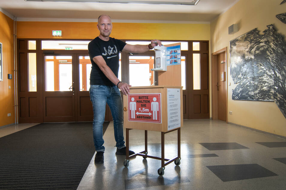 Jan Genscher, Leiter der Oberschule in Waldheim, schiebt den Desinfektionswagen der Bildungseinrichtung. Gebaut hat diesen der Hausmeister.