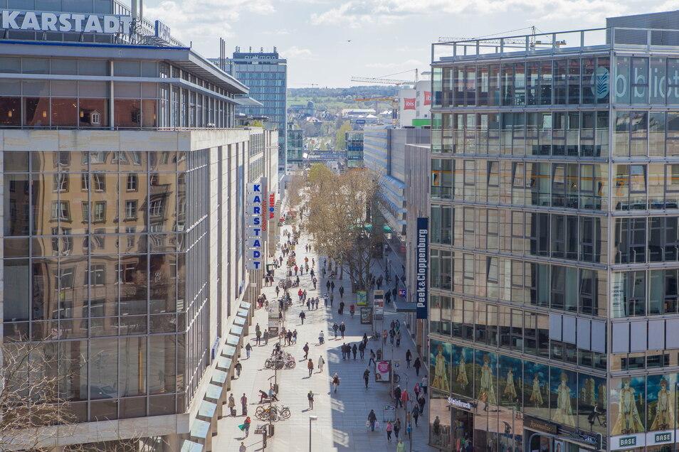 Blick auf die Prager Straße in Dresden: Seit vergangenem Freitag müssen Masken beim Einkaufen nicht mehr getragen werden. Doch das könnte sich bald wieder ändern.