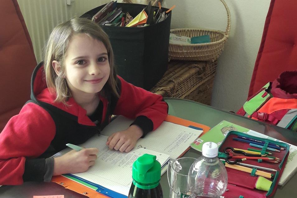 Freya aus der 4. Klasse beim Heimunterricht. Für Deutsch hat sie unter anderem ein Gedicht geschrieben und als Vorbereitung für die Fahrradprüfung mit der Familie eine Radtour gemacht.