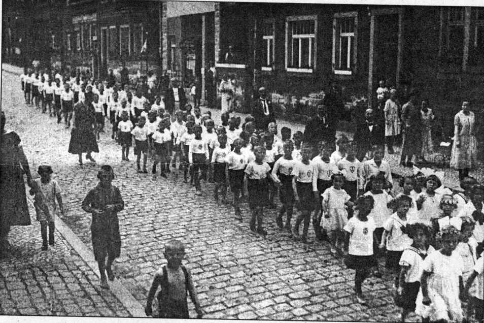 Turnfest des 1861 gegründeten Turnvereins Potschappel. Eine historische Aufnahme von 1935. Die Kinderabteilung beim Umzug im Bereich Sörgelstraße.