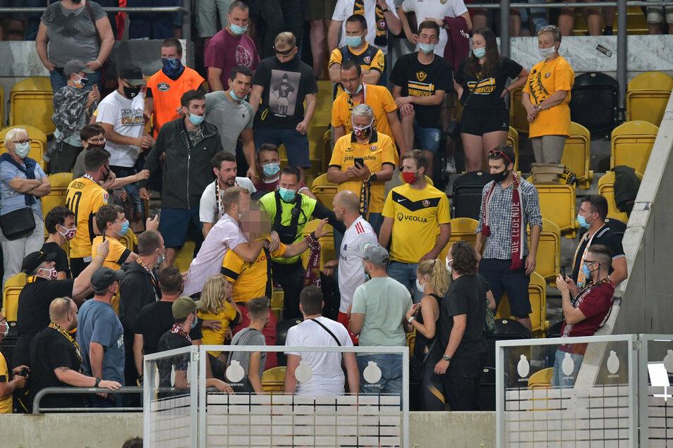 Nach Dynamos Sieg im Pokal gegen den HSV kam es zu tumultartigen Szenen und Handgreiflichkeiten von Ex-Dynamo Toni Leistner. Ein Fan hatte ihn und seine Familie beleidigt - es ist aber nicht derjenige, der auf diesem Foto unkenntlich gemacht wurde.