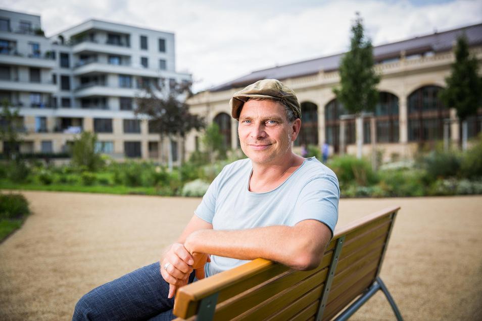 Thomas Löser auf einer Bank am  Herzogin Garten.