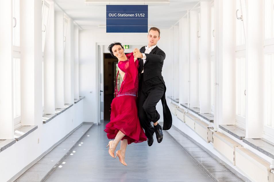 Hier hastet Julia Luckow sonst im Arztkittel durch. Für das außergewöhnliche Foto machten die 35-Jährige und ihr Mann Erik Heyden eine Ausnahme.