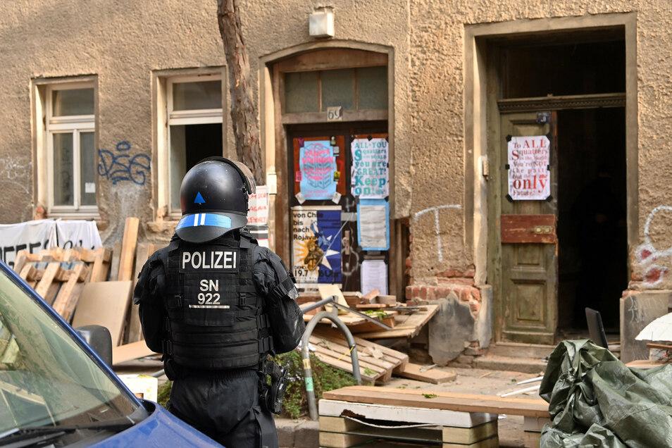 Polizei sichert nach der Räumung des besetzten Hauses in Leipzig den Einsatzort. Die Einsatzkräfte waren vor Ort, um einen richterlichen Räumungsbeschluss durchzusetzen.