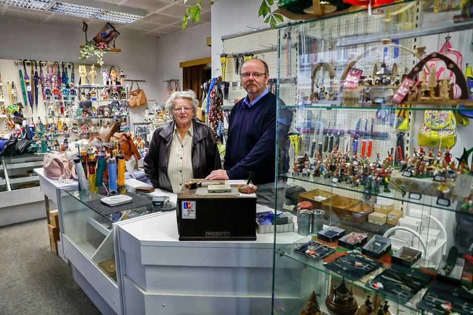 Christina Lippke steht mit 88 Jahren noch im Laden, den ihr Sohn Rolf betreibt. Jetzt wollen Lippkes nach 145 Jahren das Familiengeschäft schließen.
