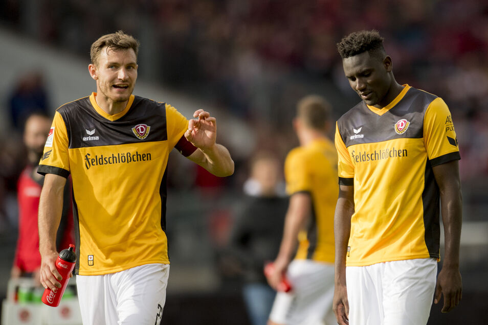 Florian Ballas (l.) scheint Peniel Mlapa nach der 1:2-Niederlage in Nürnberg im Oktober 2017 zu erklären, woran es gelegen hat. Mlapa hatte einen Elfmeter verwandelt und für das zwischenzeitliche 1:1 gesorgt.