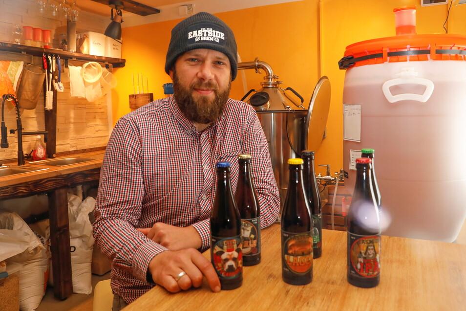 """Daniel Helbig in seiner kleinen Brauerei """"Eastsidebrew"""" in Mittelherwigsdorf."""