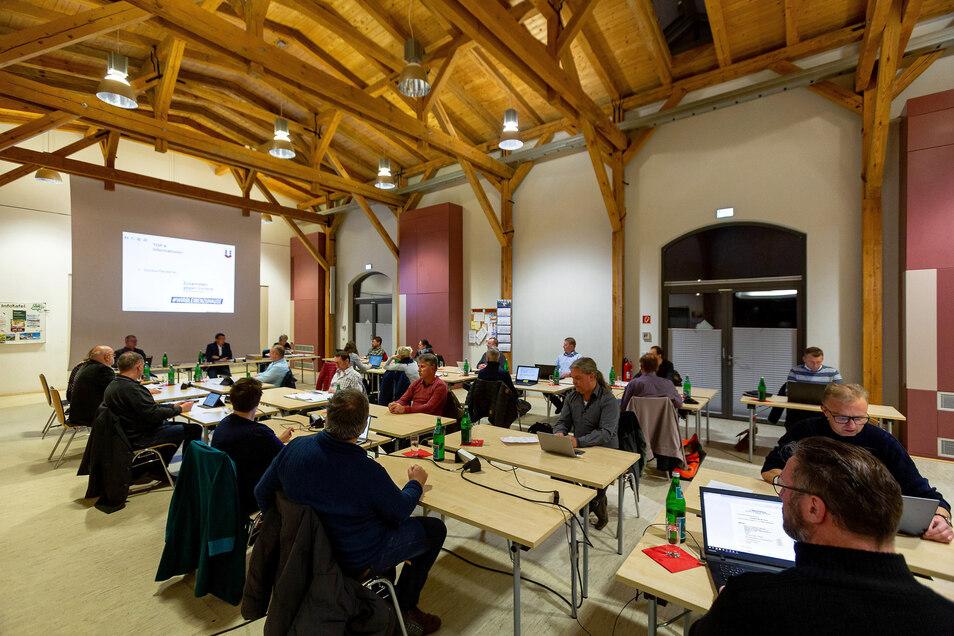 Die März-Sitzung des Wilsdruffer Stadtrats fand unter besonderen Corona-Schutzmaßnahmen im Vereinshaus Kleinbahnhof statt. Dort wurde der Nachtragshaushalt beschlossen.