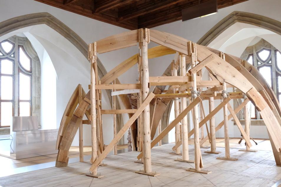 Aller Innovationen sind mindestens drei. Beim Mauern der Zellengewölbe arbeitet Arnold von Westfalen nach heutigen Maßstäben nachhaltig und umweltschonend. Die Rippen lagern auf einem hölzernen Rahmen, der teilweise nur durch Hanfseile zusammengehalten wird.