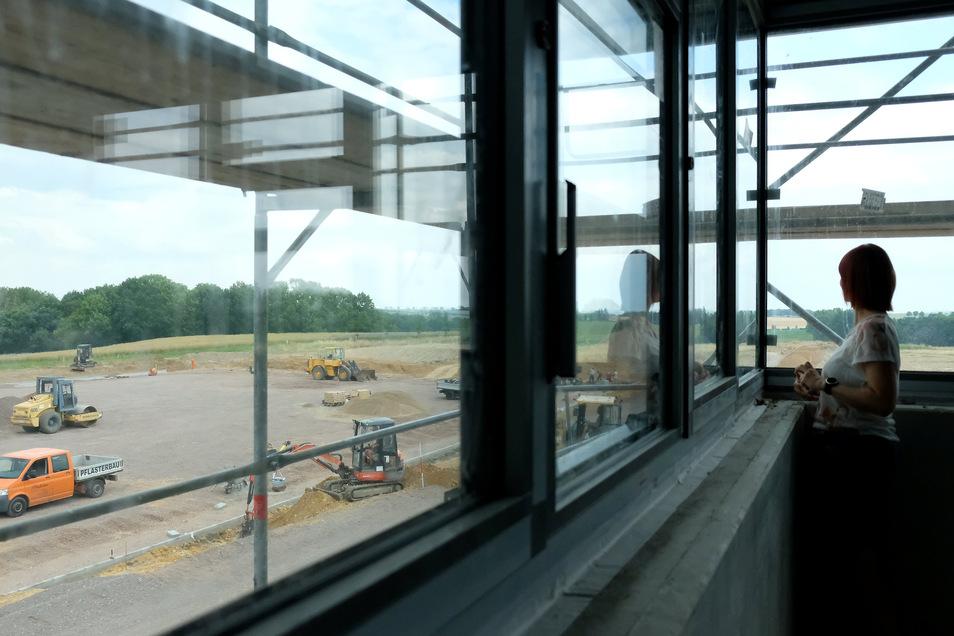 Blick vom Schulgebäude auf den Sportplatz.