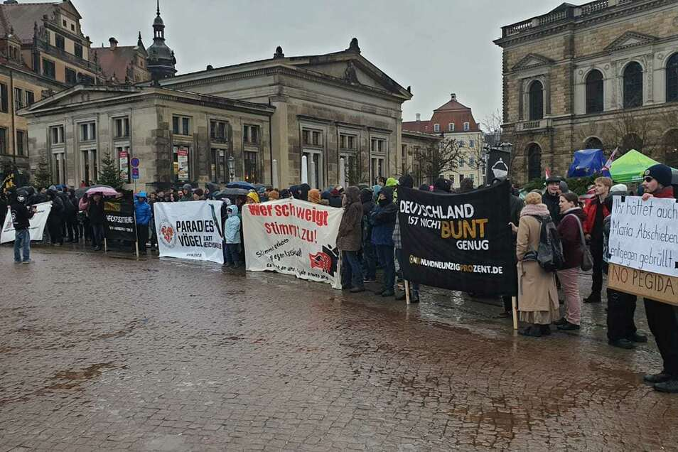 Gegenprotest auf dem Theaterplatz.