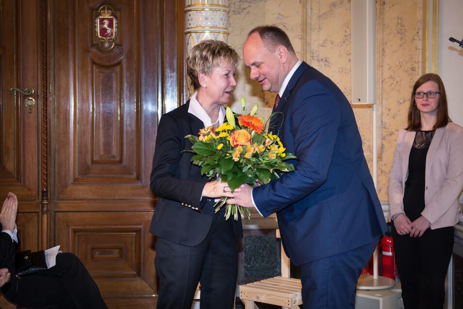 Ehre wem Ehre gebührt: Oberbürgermeister Dirk Hilbert überraschte seine Amtsvorgängerin Helma Orosz mit einem Blumenstrauß zum Geburtstag.