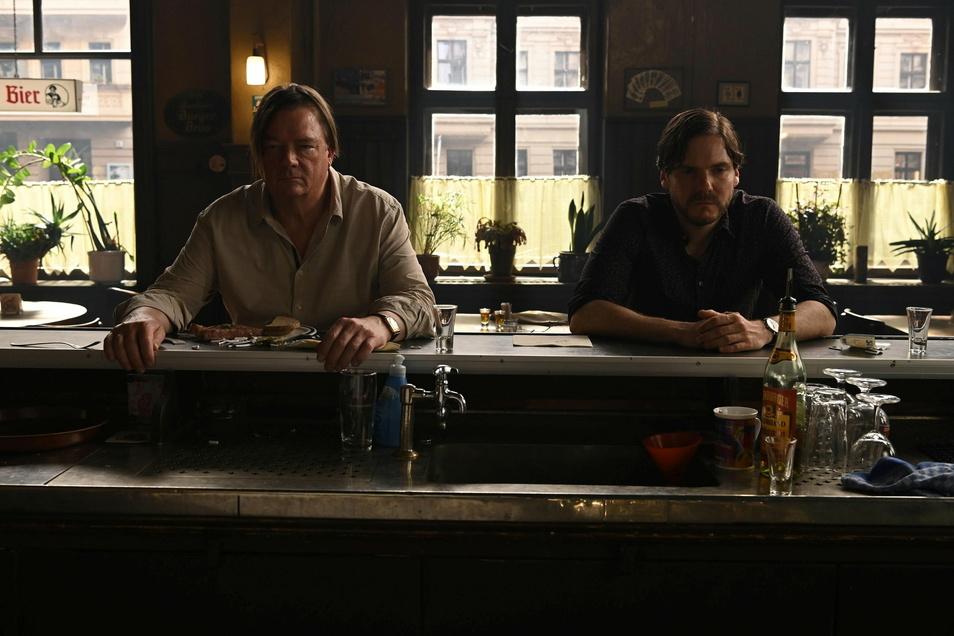 """Peter Kurth (l) und Daniel Brühl in einer Szene aus """"Nebenan"""" (""""Next Door""""). Das Regiedebüt von Schauspieler Daniel Brühl gehört zu den Wettbewerbsfilmen der Berlinale 2021."""
