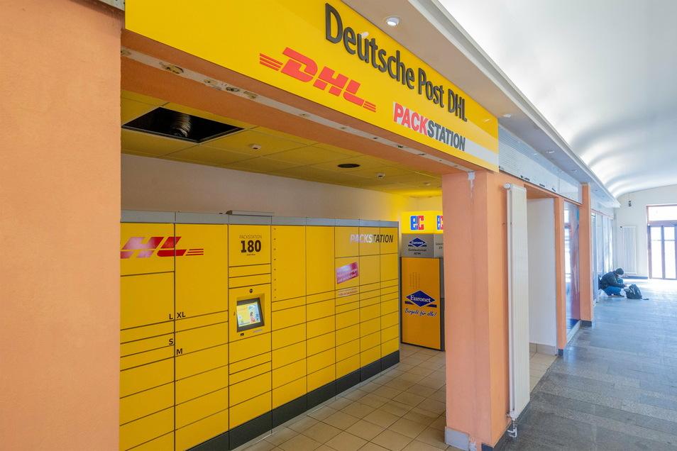 92 Fächer hat die neue Packstation am Riesaer Bahnhof. Ansonsten finden Kunden hier noch einen Bäcker und einen Fahrkartenschalter.