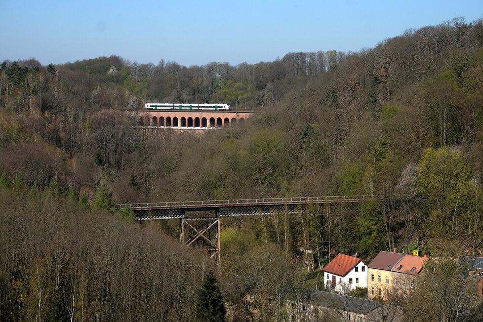 Nach wie vor ein beliebtes Fotomotiv: das Heiligenborner Viadukt im Hintergrund und vorn die Stahlbrücke der Strecke in Richtung Kriebethal, auch Krummer Hund genannt. Beide Bauwerke stehen unter Denkmalschutz..