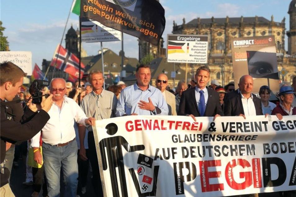 """Neben Pegida-Chef Lutz Bachmann begab sich Höcke zum obligatorischen """"Spaziergang""""."""