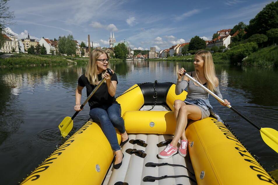 In Görlitz leben immer mehr Polen. Joanna Witon und Malgorzata Krzak gehören zum deutsch-polnischen Team, das Bootstouren auf der Neiße anbietet.