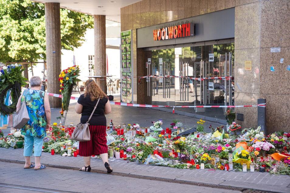 Würzburg: Trauerkerzen und Blumen liegen vor einem Kaufhaus in der Innenstadt, in dem der Täter Menschen mit einem Messer attackiert und drei Frauen getötet hat.