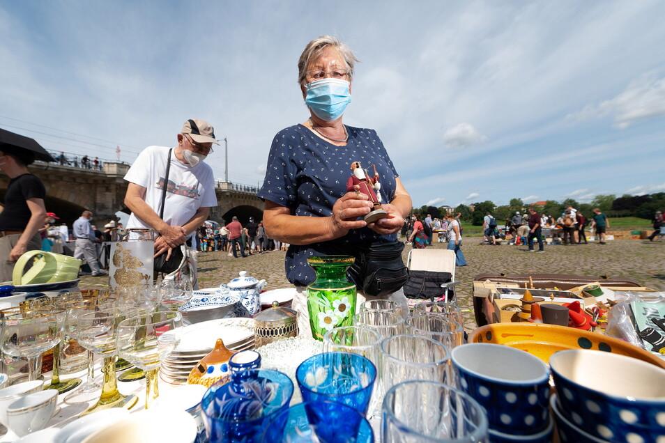 Ursula Haupt verkauft unter anderem Räuchermännchen aus DDR-Zeiten, aber auch Geschirr, Gläser und Spielzeug. Sie freut sich, dass das Markttreiben endlich wieder begonnen hat.