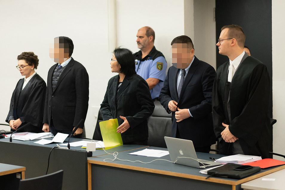 Der Vizekonsul Battushig B. (2.v.l.) und sein Chauffeur Erdenebayar S. (2.v.r.) wurden wegen Heroinschmuggels verurteilt. Die Männer haben den Vorwurf bis zuletzt bestritten.